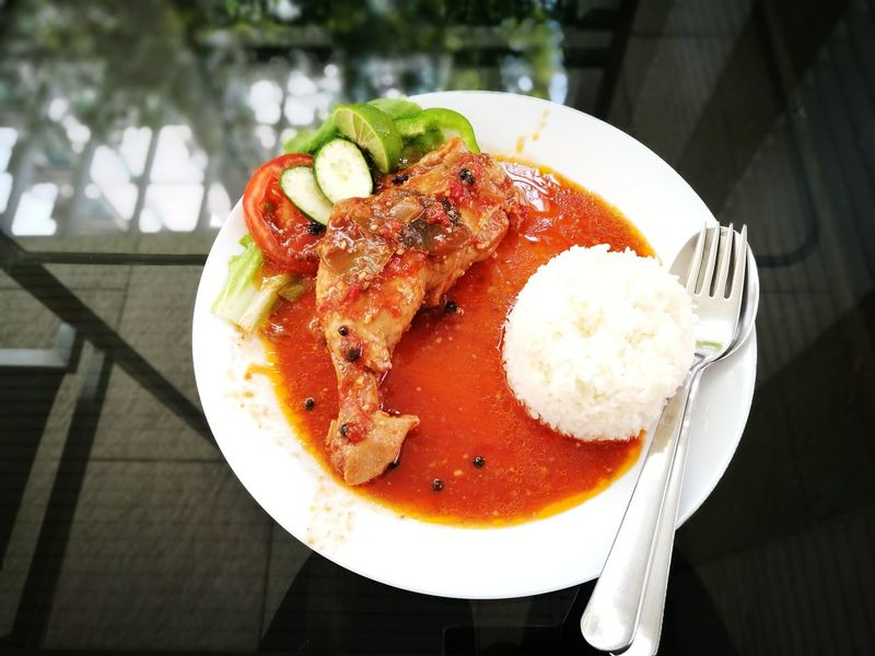 Food Chicken Stireflied Bay Leaf Tomatosauce Whiterice Thaifood Lunch Eat Bangkok Thailand.