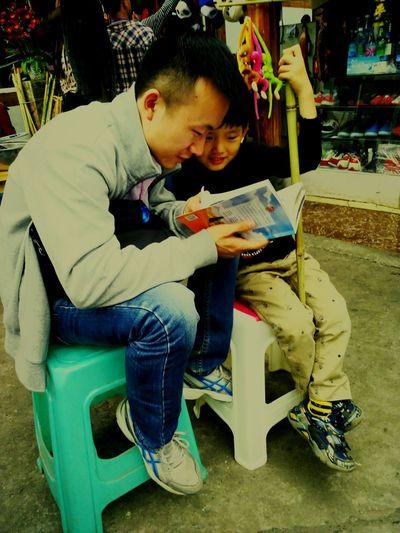 旅行途中认识的5岁小朋友,给他讲小鸡和黄鼠狼的故事,很有意思.😁😊 Storyteller Story Time