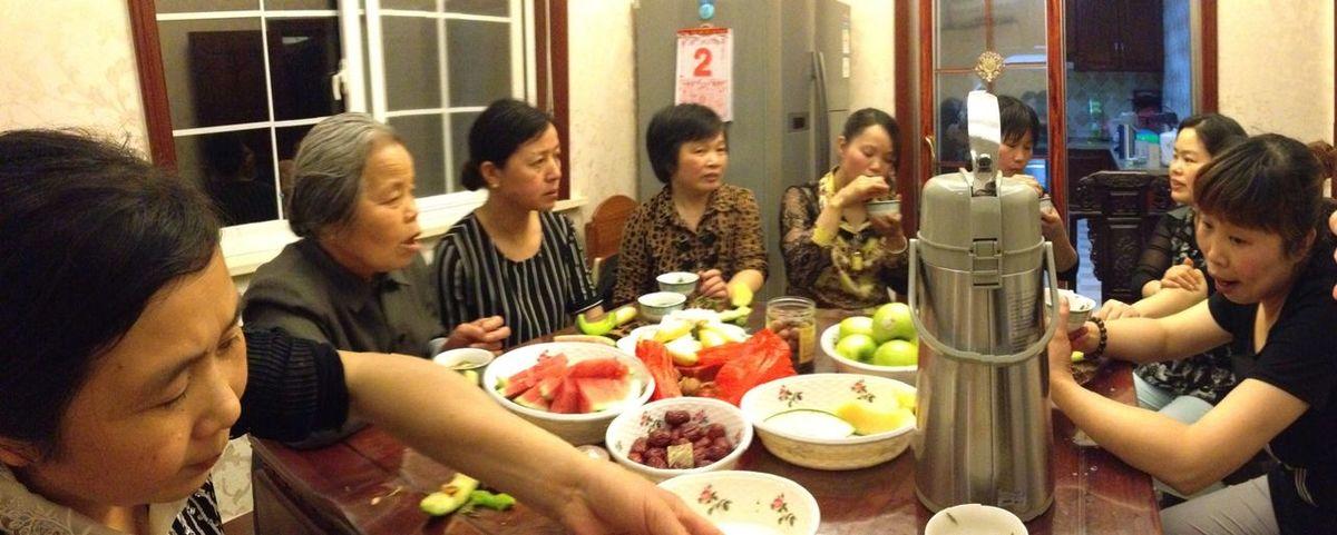 一位邻居奶奶,其他都是邻居阿姨,我们在开茶会。村里的人经常这样一起喝茶。except a neighbor grandmotger ,they are all my neighbor aunts. we get together to drink tea. we villagers always get together to have a tea.