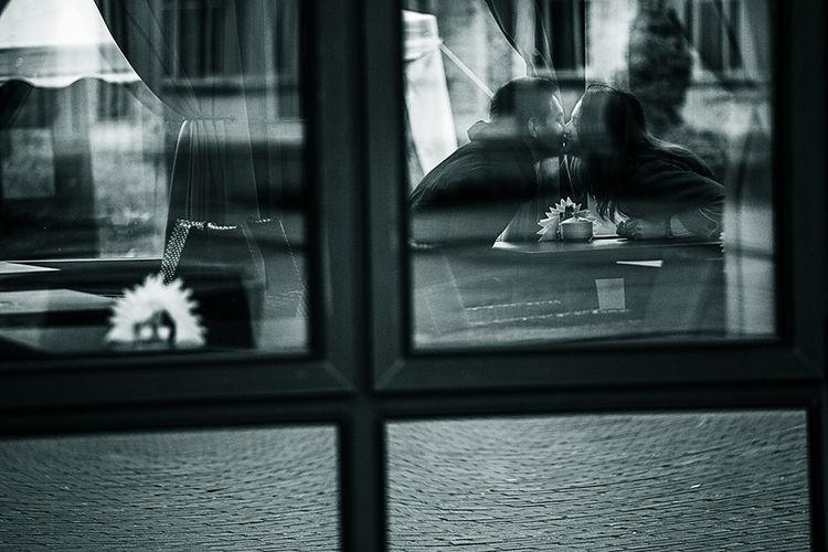 Дмитров лавстори Lovestory влюбленные поцелуй Love Monochrome чернобелое сквозь стекло любовь