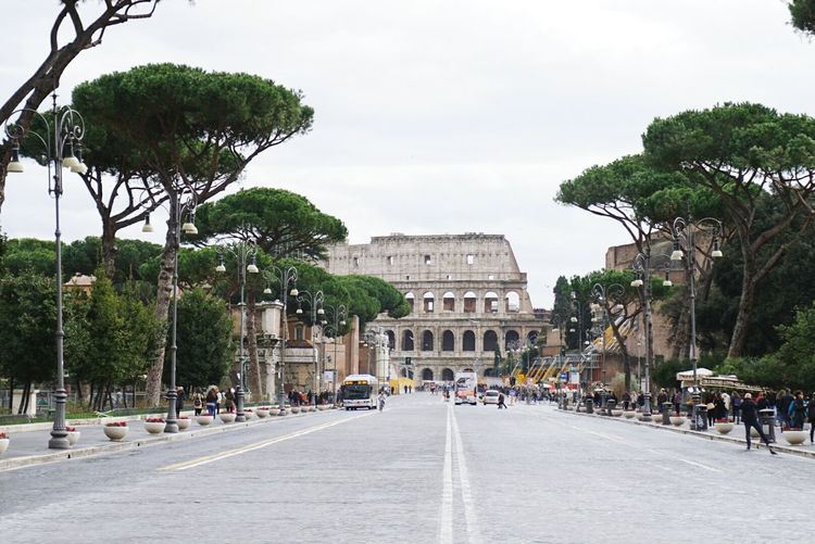 ancient. Roma Colosseo Travel Wanderlust History Architecture Photography Italy GetYourGuide Cityscapes Seeing The Sights Hello World Cityscapes Streetphotography Street Photography Urbanphotography Urban Landscape Urban Exploration Street Streetphoto Learn & Shoot: Leading Lines The Tourist