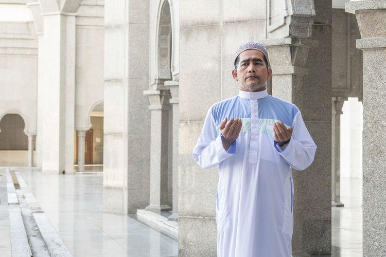 MUSLIM MODEL PRAYING AT MOSQUE Muslim Man Mosque Praying Man Praying Deeds Ramadan Mubarak Eid Mubarak Dubai Mecca Saudi Arabia Recite The Holy Quran Devotee Model Istanbul Outdoor Photography