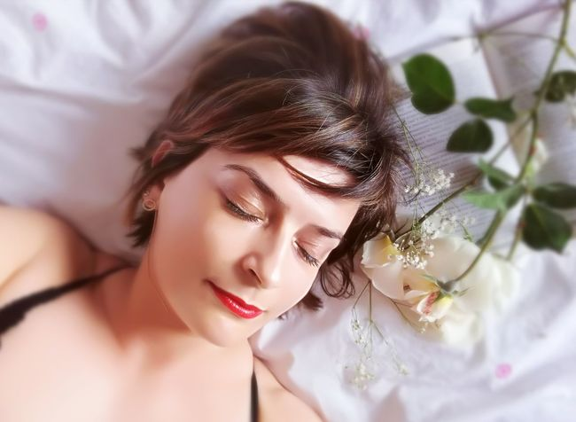 Only Women Young Adult One Young Woman Only One Person Beautiful Woman Brown Hair People Eyes Closed  Human Face Beautiful People Beauty Make-up Portrait цветы Flowers Day Selfi Belleza Mujer Retrato Enlacama Libro Leyendo En Cama Soñando вкровати вкровати женщина мечты портрет