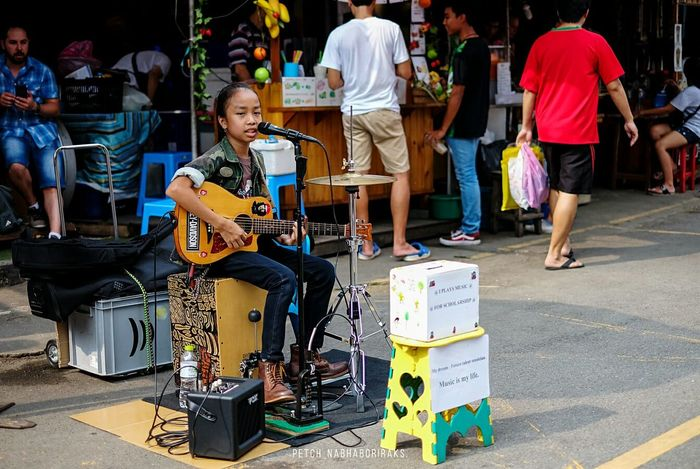 Soundtrack Of Our Lives She doesnt need a huge stage to show her skills and talents. Thailand Bangkok Jjmarket Urban Streetphotography People Musician Music Guitarist Girl City Life Street