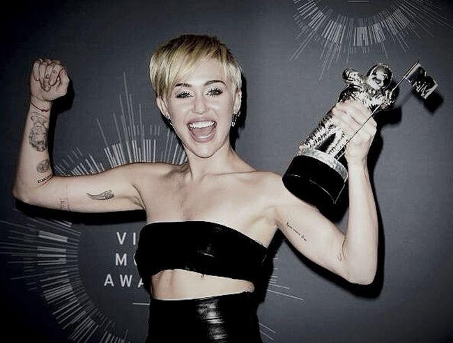 She's my idol Miley Cyrus VMA  WreckingBall