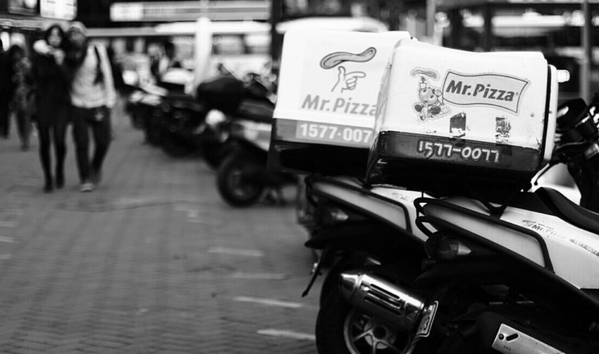 Mr Pizza Couple Young Street Monochrome @korea seoul myung-dong @Canon eos 100d / 50mm f1.4