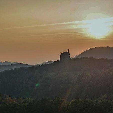 Am Ende einer schönen Wandertour durch die Nordvogesen der Blick auf Burg Fleckenstein Fleckenstein Elsass Alsace Sunset Vosges Vogesen