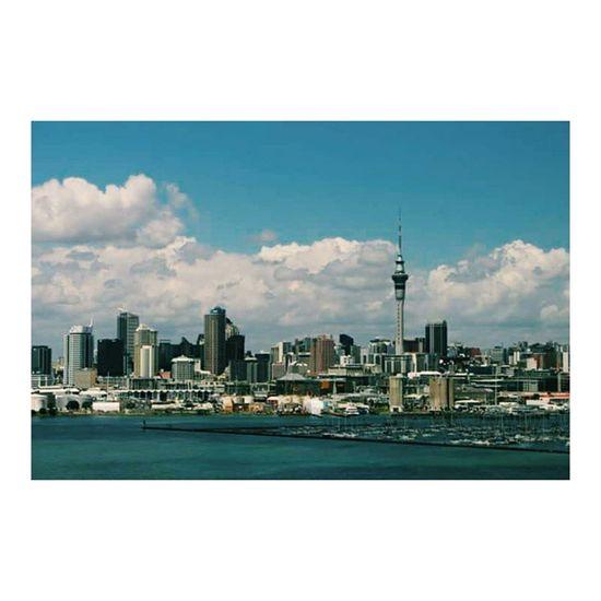 旅行行きたい!!!でも Three more months and I will leave Japan anyway Cannotwait うふふ Auckland Newzealand NZ Trip Travel Canon Tookthisfromthebus SkyTower Bluesky Clouds Summer Scenery Landscape Skyline Cloudscape オークランド ニュージーランド 旅行 思い出 一眼レフ キャノン カメラ ☀ ☁ ⛅