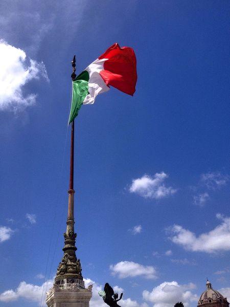 Roma Altaredellapatria Italy Flag Traveling Me Around The World Dopo tanto vagare è bello vedere anche le bellezze del proprio paese! Sky Taking Photos Spring