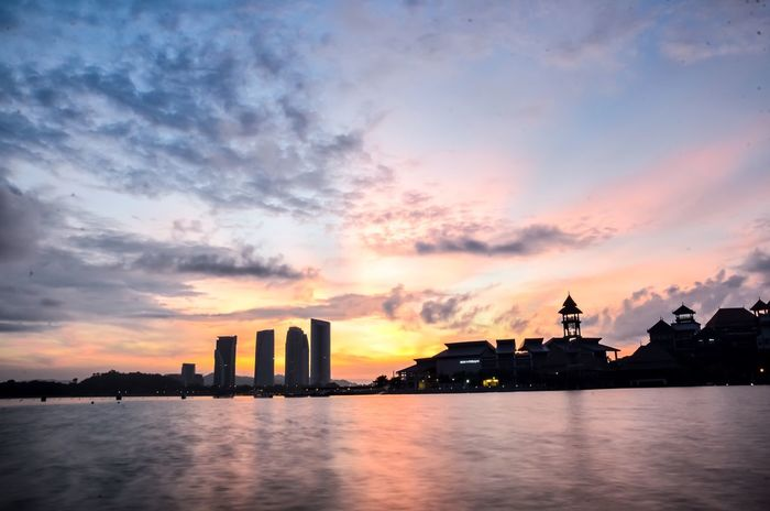 the sunrise Sunset City Water Waterfront River Cityscape Silhouette Nature Potographykendal Welerypothography Yogyakarta Photography Kendalpotography Built Structure Menthoel_phonegraphy Night