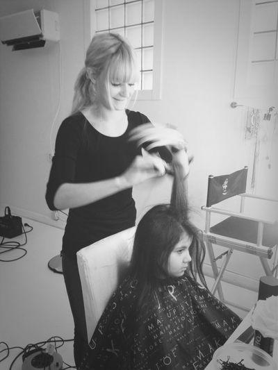 Evelina fixar hår