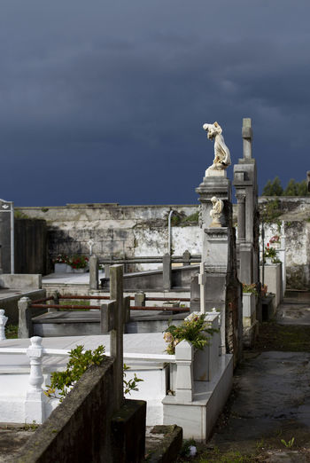 Statue of cemetery against sky