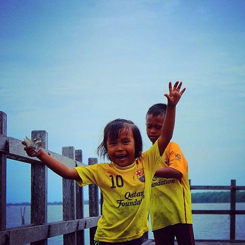 Ekspresi jujur, bahagia, apa adanya. Haha... masa~masa menjadi diri sendiri. Ingat am anak kau tu bang @deny_pananjung88 Hahahahaha... Instatraveling Happiness Children Beach Pankalanbun