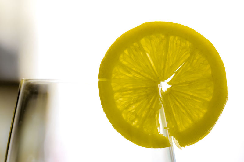 fetta limone Cocktail Citrus Fruit Close-up Cocktails Drink Drinking Glass Food Food And Drink Freshness Fruit Glass Healthy Eating Indoors  Lemon Macro No People Refreshment Screensaver SLICE Spring Still Life Studio Shot Wellbeing White Background Yellow