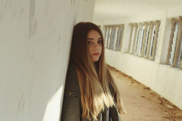 Margherita Young Women Long Hair Real People One Person Lifestyles Bionda Portrait Young Adult Front View Indoors  Beautiful Woman Standing Day Margherita Looking At Camera Shooting Photo Tumblr Camera Capellilunghi Fotografia