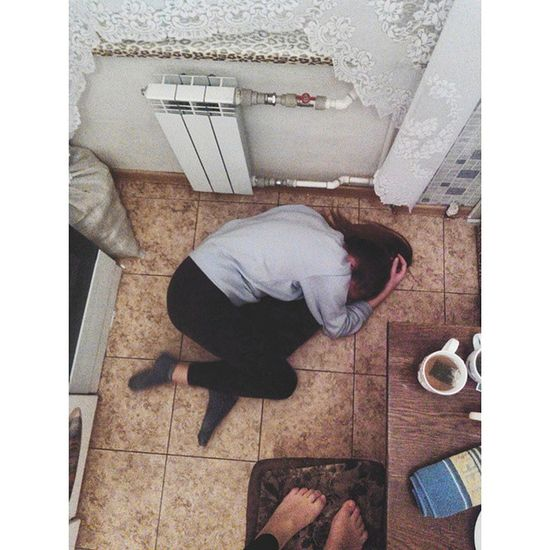 Просто люблю на полу лежать. Прсто я релаксирую 😂😂😂😂 Friday Friends Instamood Instagood Instasize Party VSCO Vscocam Minskgram