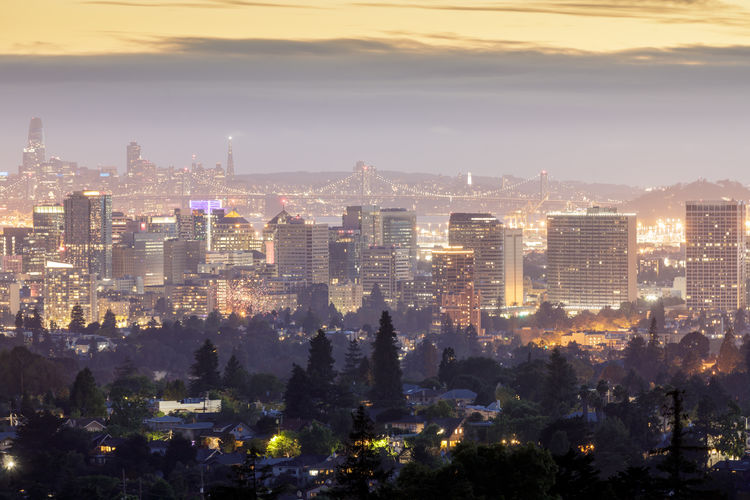 Oakland and san francisco skylines vía oakland hills