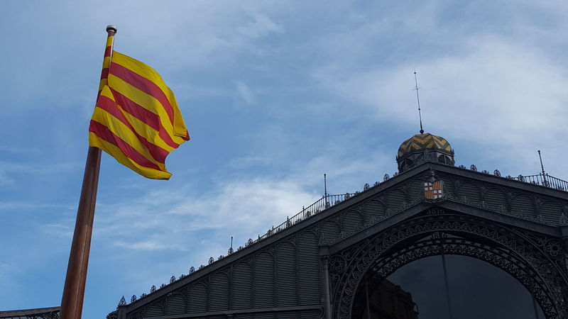 Borne. Barcelona Catalunya España🇪🇸 Spain ✈️🇪🇸 Low Angle View Architecture Sky No People Outdoors Travel Destinations Day Traveling Beauty Nice Day Tranquil Scene Tranquility Architecture Building Exterior Flag Old-fashioned Built Structure Patriotism Antique Mercado Frio ⛄❄