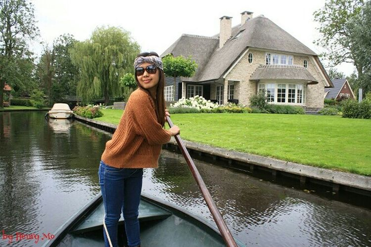 Giethoorn, the dutch Venice Taking Photos Giethoorn In Holland  On A Boat Waterporn