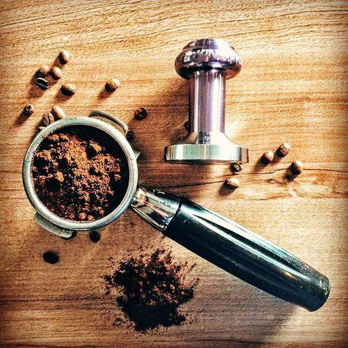 Kawiarnia zlokalizowana w dolinie lotniczej zobowiązuje, a wiadomo - kawa to podstawa. Dlatego też, do przygotowania naszego espresso wykorzystujemy najlepsze gatunki kawy! Teraz wzbogaciliśmy się o tamper Chris King wyprodukowany z lotniczą precyzją, aby smak kawy był jeszcze lepszy. Przyjdz i rozsmakuj się w naszej kawie. Tamper Kawasamasięniezrobi Dolinalotnicza Kawarzeszowska . Goodfood Slowlife Rzeszów Rzeszów Coffee Coffeetime Barista Aeropress Mobilnakawiarnia Kawa Instamood Instagood Instalove Instacoffee Igersrzeszow Kawarzeszowska Coffebreak Coffeetogo Coffeelove Love Photooftheday happy bestoftheday instamood herbata tamper chrisking @chriskingbuzz