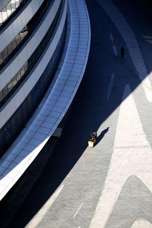 环卫工人与大楼 清洁工 Shadow High Angle View Sunlight Architecture Business Stories Business Stories