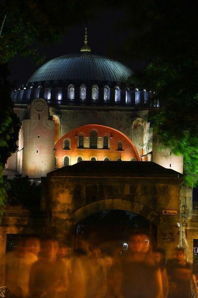 Bunca kalabalıkta yürümek yalnızlığınla.. İyi geceler Hagia Sophia Gececekimi Ayasofya