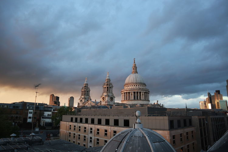 London st pauls cathedral  against cloudy sky