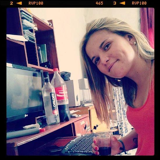 Estudando prova de Direito Bebendo Orloff Ouvindo Selena Gomes kkkkk p.q.p.