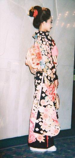 kimono👘 Standing Multi Colored Person Hiding Focus On Foreground Hairstyle Retail  Kimono 着物 全身 横見向き 振袖 Hotel New Otani 😚 Japanese  Japanese Style 日本髪 人間国宝