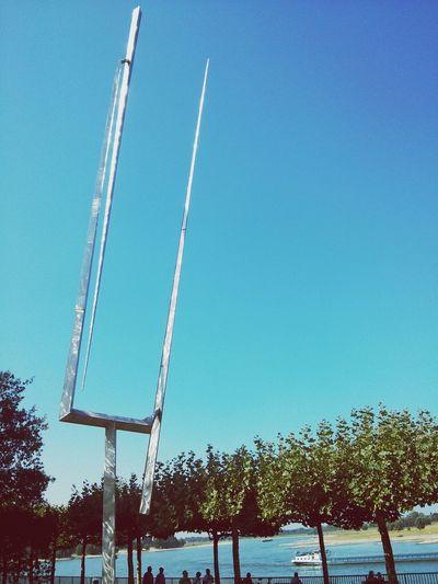 Rheinbogen in gleißender Mittagssonne. Mehr Sommer, als spät.