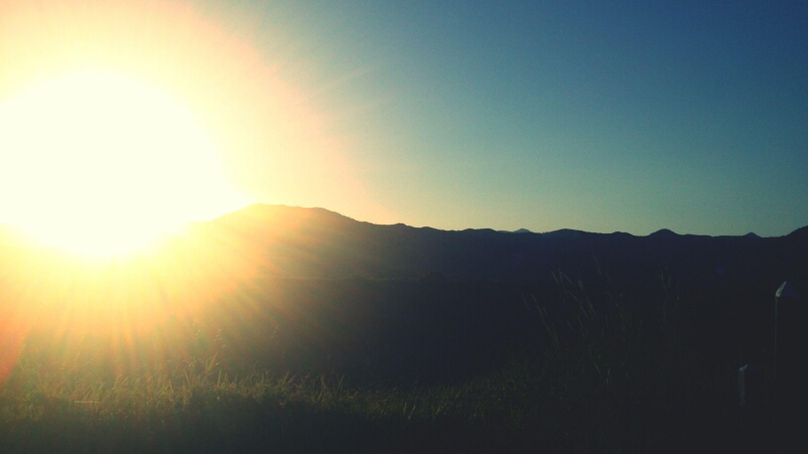 sun, sunbeam, lens flare, sunlight, tranquil scene, tranquility, landscape, scenics, clear sky, mountain, beauty in nature, sunset, copy space, nature, bright, idyllic, sky, mountain range, non-urban scene, field