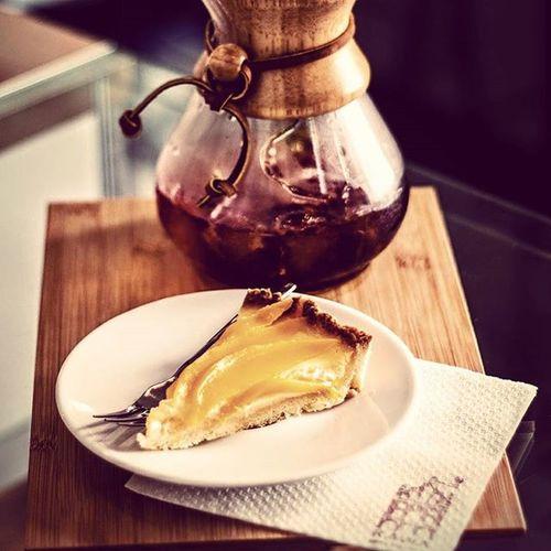 Kolejny dzień upałów przed nami! Czas na prawdziwe Orzezwienie ! Polecamy Kawe z Kenii zaparzaną w Chemex na lodzie, której zapach przypomina świeżo wypieczoną beze. W smaku znajdziemy nuty jagód oraz słodkiej śmietanki. Kawa delikatna o niskiej goryczy. Pozostawia na długo posmak jagodzianek. Uzupełnieniem smaku będzie tarta cytrynowa z mango. Znajdziecie nas w Rzeszowie ul. Kościuszki 3 w podwórzu. Rzeszów Rzeszów Coffee Coffeetime Barista Aeropress Mobilnakawiarnia Kawa Instamood Instagood Instalove Instacoffee Igersrzeszow Kawarzeszowska Coffebreak Coffeetogo Coffeelove Love Photooftheday Happy Bestoftheday Instamood herbata kawasamasieniezrobi kawarzeszowska kawiarnia chemex syphon kawaswiezopalona kenyaAA