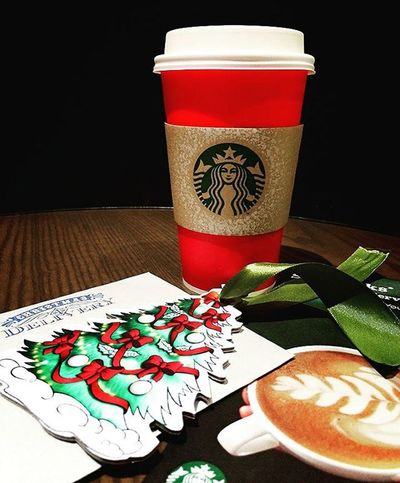 """It's the most beautiful time of the year, Lights fill the streets spreading so much cheer.."" Spreading Christmas vibess !! Christmas Starbucks Redcups Red Cups Starbucksredcups Christmastree"