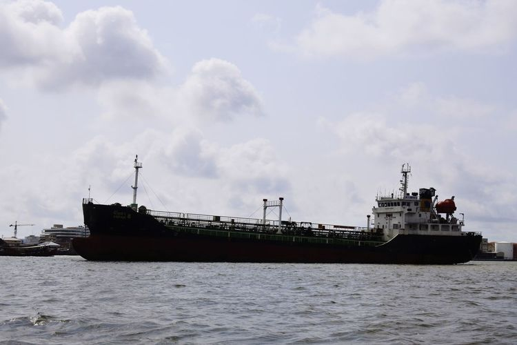 Oil Pump Nautical Vessel Water Sea Business Finance And Industry Accidents And Disasters Ship Freight Transportation Sky Cloud - Sky Shipyard Container Ship