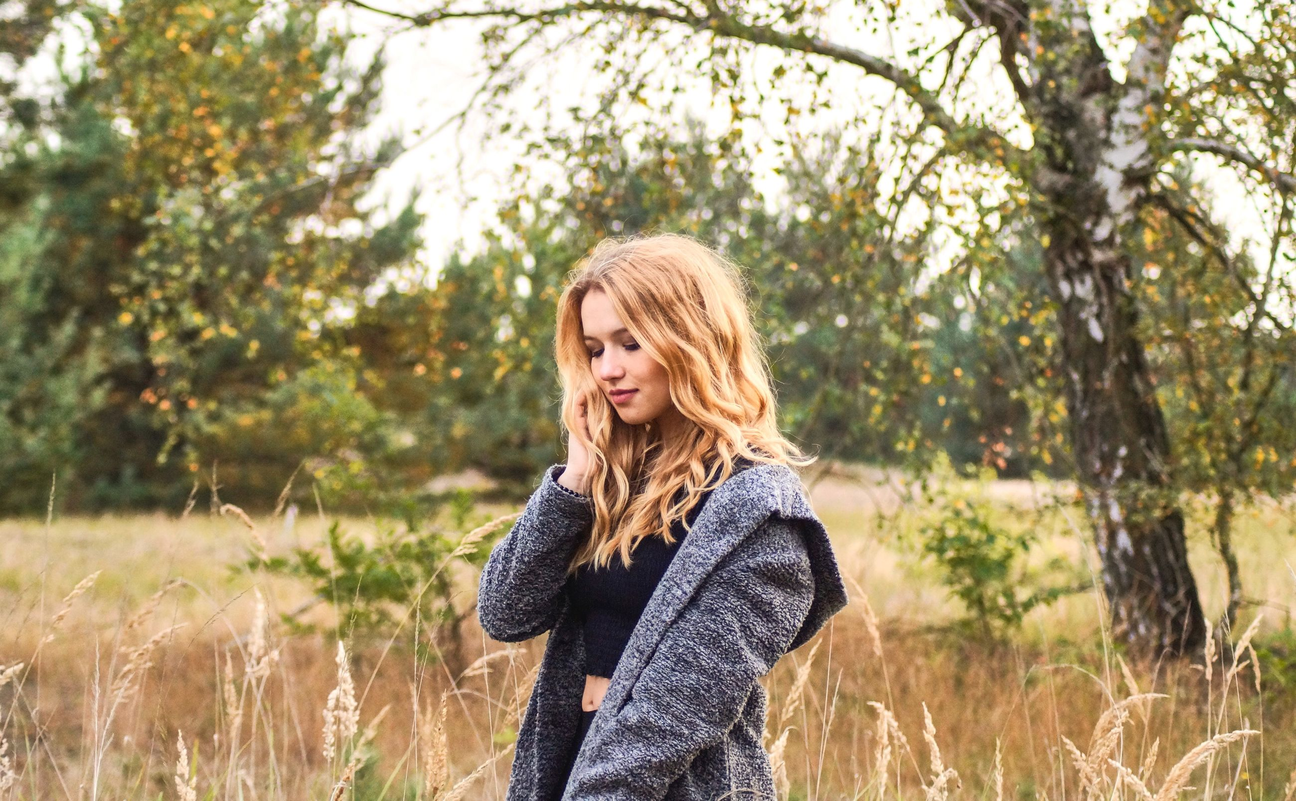 blond hair, hair, one person, young adult, long hair, young women, tree, plant, portrait, hairstyle, women, standing, beautiful woman, clothing, leisure activity, beauty, nature, adult, casual clothing, outdoors, contemplation