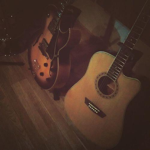 Os meninos de @ligiaffernandes descansando... NiraSantos PreSom Mobgraphia Guitarra Guitar