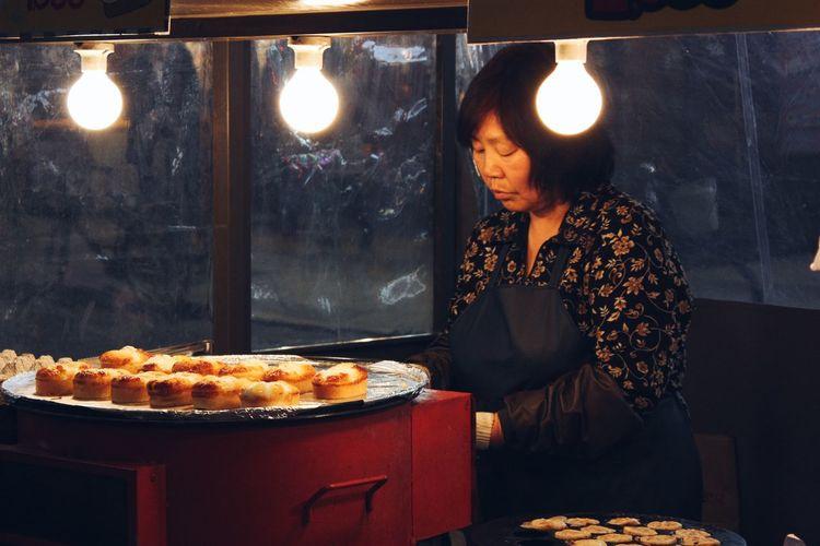 [ Seoul Serie 2 ] Nightworker. Learn & Shoot: Layering Cooking Street Food Streetphotography Street Life Working Portrait Of A Woman Night Lights Seoul Korea