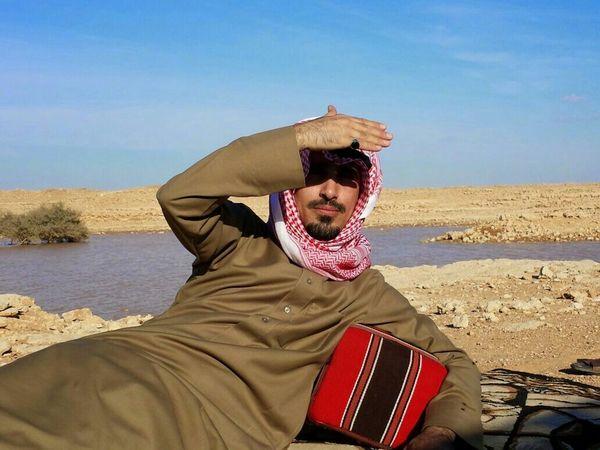 صوت لي المصور فالتفت لمه و هو بعيد فقعدت اناظره هالصورة ملتقطة عقب الصورة اللي اناظر به البعارين . بريدة السعودية  تصويري  تصوير  KSA Desert Portrait Nature Portraits Snapchat