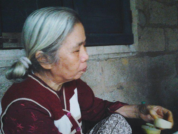 Là bức ảnh duy nhất còn sót lại trong vài tấm ảnh con chụp cho bà! Thật quá tiếc khi con không thể lấy lại mấy bức chụp cùng bà! Nhưng giờ con thấy mình hạnh phúc khi đã tổ chức sinh nhật lần đầu tiên cho bà năm 71 tuổi. Thấy hạnh phúc khi tự tay mình đeo vào tay bà chiếc vòng màu đỏ cháu luôn giữ bên mình! CÁM ƠN BÀ - VÌ TẤT CẢ