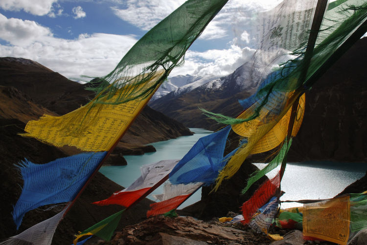 Tibetan Buddhism Travel Photography Traveling Above 4000 Meters Beauty In Nature Flag Hanging Mountain Mountain Pass Mountain Range Multi Colored No People Outdoors Prayer Flags  Spirituality Tibet Turquoise Lake Remote Landscape Himalaya Himalayan Range Landschaft A New Perspective On Life 17.62°