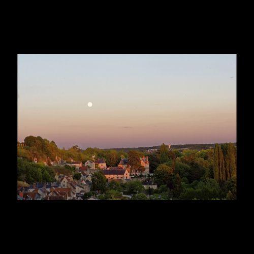(Clos Lucé) Dernière demeure de Léonard de Vinci vue du Château Royal d'Amboise sous la lune pleine... Eyem Best Shots EyeEm Best Shots Amboise Touraine EyeEm Masterclass Landscape_Collection EyeEmBestPics Leonardodavinci Leonardo Da Vinci Clos Lucé