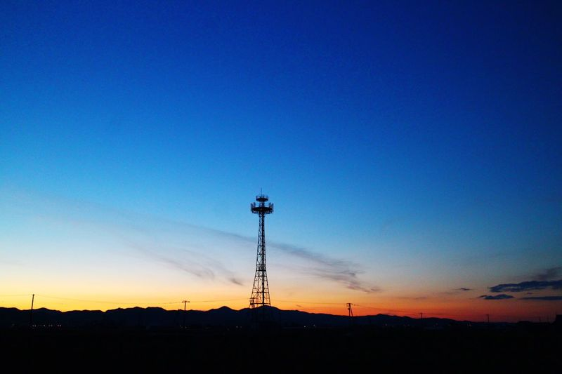 グラデーション 茜色 から 蒼色 へ 夕暮れ 鉄塔 ダレカトミタイケシキ 一人