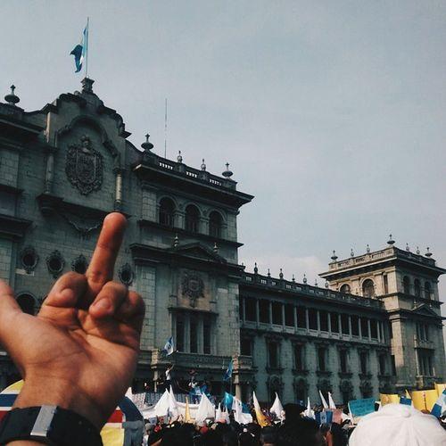 """""""A mi me ordena la razón, a ti te ordena un coronel, si nuestra lucha es de cartón la de ustedes es de papel"""" Este mensaje va para los gobernantes que están y por los que vienen, si piensan seguir burlándose del pueblo, están mal el pueblo se organizó y defenderemos nuestros derechos. Guatemala tiene pueblo, y tiene suficientes huevos. RenunciaYa GuatemalaPresente SomosRevolucion GuatemalaLibre"""