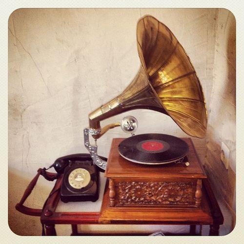 כשהייתי ילד היה לנו כזה טלפון בבית, ופטיפון חשמלי, מעניין בעתיד באיזה טלפון הנינים שלי ישתמשו ? ואיך הם יאזינו למוסיקה ? ...