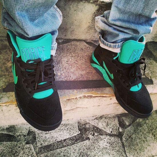 Donne la Force au chien dla casse Maitre Skoda '' looool ' Nike 180hight nikeairmag airforce180s airforce180s 180s sneakersaddict sneaker street shoes paris banlieue France ' ' '