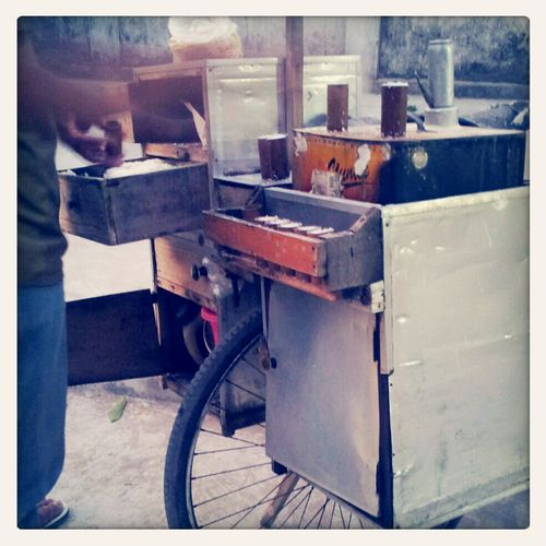 Coba tebak .. ini jualan apa kira.kira ..? Indonesianfood Puthu Makanan Indonesia