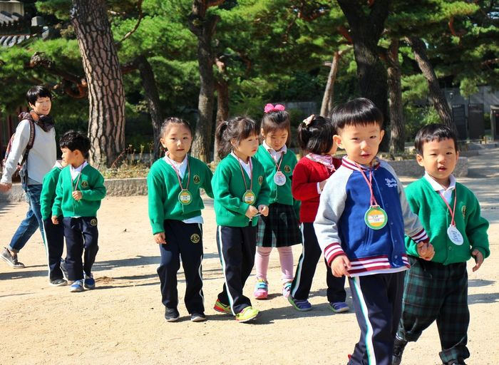 excursion Child Boys Tree Girls Outdoors Childhood Cheerful Happiness Smiling Green Color People Day Student Togetherness Friendship Excursion Fieldtrip Cheonggyecheon Seoul South Korea Korean Students Korean