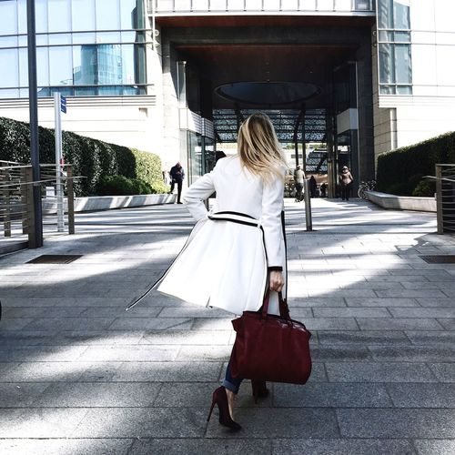 Office time! Businesswoman WomanWalking Real People One Person Women One Woman Only Outdoors Architecture City One Young Woman Only Blondwoman Hair Hairstyle Blondhair Donna Bionda Biondo Capelli Cappotto Coat Totebag Women Around The World