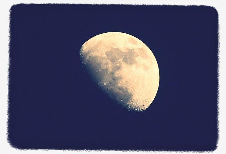 La lluna la pruna vestida de dol, sa mare la crida son pare no vol. ...