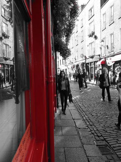 Dublin Street Photography Siyah & Beyaz Kirmizi Barlarsokağı